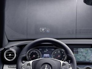 Das optionale Head-Up-Display blendet alle wichtigen Daten ein (©: Mercedes-Benz)
