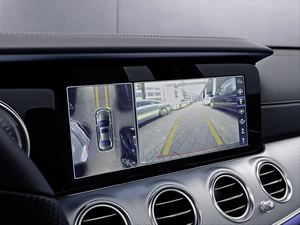 360-Grad-Kamera und Ultraschallsensoren helfen beim Ein- und Ausparken (©: Mercedes-Benz)