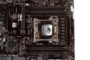 Auch beim X99-E hat ASUS acht CPU-Spulen verlötet.