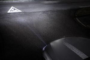 DIGITAL LIGHT: Mit der neuen HD-Scheinwerfergeneration lassen sich hochauflösende Projektionen auf die Straße beamen. ;DIGITAL LIGHT: The new generation of HD headlamps can project high-resolution images onto the road surface.; Mercedes-Benz Digital Light (©: Mercedes-Benz)