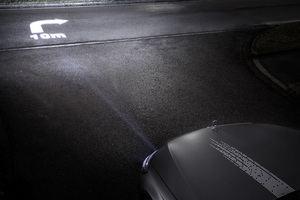 Dank der hohen Auflösung können Grafiken auf die Straße projiziert werden (©: Mercedes-Benz)
