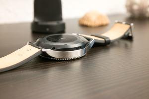 Hinter den kleinen Öffnungen im Gehäuse der Gear S3 versteckt sich der Lautsprecher