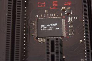 Der ASM1083 verbindet die beiden PCI-Slots mit dem B350-FCH.