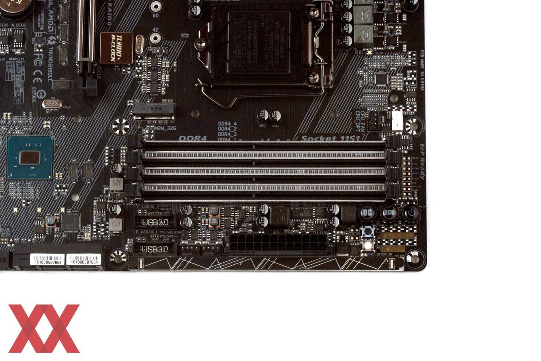Die vier DDR4-DIMM-Slots werden von den Seiten beleuchtet.
