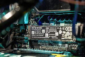 Die Intel SSD 760p schneidet in fast allen Punkten besser als die SSD 600p ab, kann mit wichtigen Mitbewerbern aber nicht mithalten