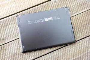 Nach dem Entfernen der Bodenplatte können SSD und WLAN-Modul des Swift 7 getauscht werden