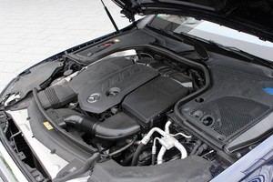 Der OM 654 leistet im E 220 d 143 kW und ist selbst bei schneller Fahrt genügsam