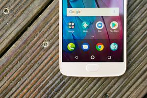 Das Display des Moto G5S ist hell, aber blaustichig