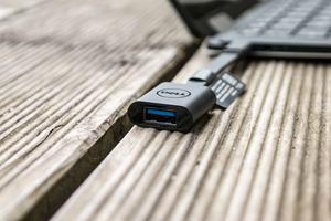 Dell spendiert dem XPS 13 2-in-1 USB nur in Form der Typ-C-Buchse, legt aber einen Adapter auf Typ-A bei