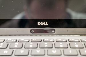 Im Vergleich zum XPS hat Dell die Webcam des XPS 13 2-in-1 umplatziert - ungewohnt ist die Position dennoch weiterhin
