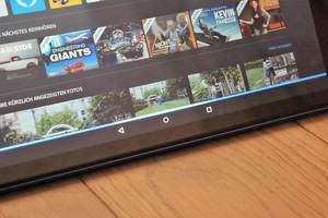 Amazon Fire HD 10: Hört Alexa zu, wird dies durch einen blauen Streifen auf dem Display signalisiert