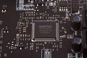 Ein SuperI/O-Chip von Nuvoton übernimmt dafür die Überwachung.