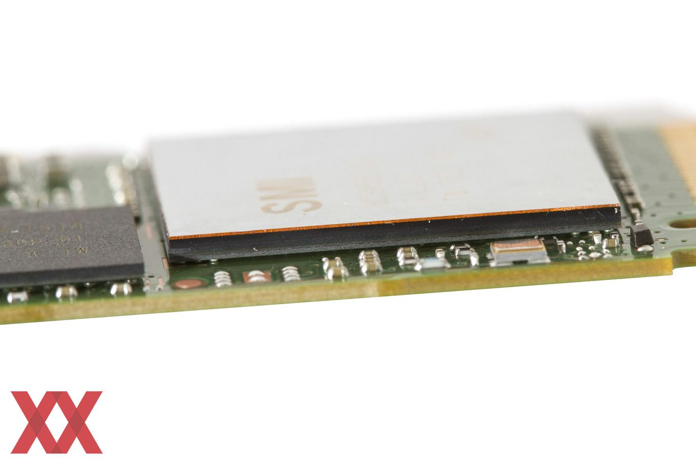 Der Aufkleber auf dem Controller der Intel SSD 600p besteht aus einer dünnen Kupferschicht.