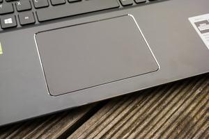 Das Touchpad des Acer Aspire 5 arbeitet präzise, weist aber zu viel Spiel auf