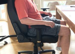 Es sollte immer etwas Abstand zwischen Kniekehle und Sitzfläche vorhanden sein.