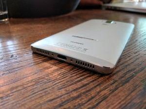 Der 4.000 mAh fassende Akku wird per USB Typ-C mit bis zu 22,5 W geladen