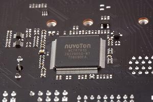 Ein SuperI/O-Chip von Nuvoton überwacht die Temperaturen, Spannungen und Lüftergeschwindigkeiten.