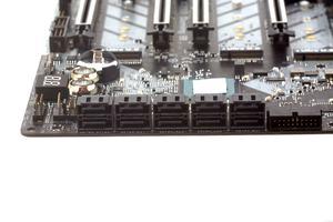 Zehnmal SATA und dreimal M.2 (M-Key) runden den Storage-Bereich ab.