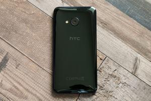 Mit 2.500 mAh fällt der Akku des HTC U Play vergleichsweise klein aus - dabei ist das Gehäuse 8 mm dick