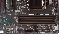 Vier DDR4-DIMM-Speicherbänke gehören zum Grundprogramm.