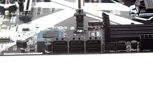 Neben einigen SATA-Buchsen sind auch zwei M.2-Schnittstellen an Bord.