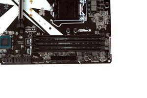 Die vier DDR4-DIMM-Speicherbänke gehören zum guten Ton.