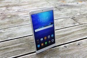 Die Front des Huawei MediaPad M3 ist schlicht gehalten