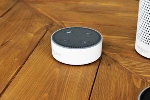 Mit knapp 60 Euro kostet Echo Dot deutlich weniger als das große Schwestermodell