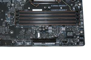 Die vier DDR4-UDIMM-Speicherbänke beim MSI MEG Z390 Godlike.