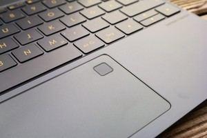 Das Touchpad des ZenBook 3 überzeugt, gleiches gilt für den integrierten Finderabdrucksensor