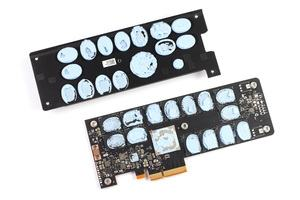 Controller und Speicher sind bei der Intel Optane SSD 900P über Wärmeleitpads mit einem großen Passivkühlkörper verbunden.