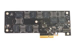Die Rückseite der Intel Optane SSD 900P mit abgeschraubter Backplate.