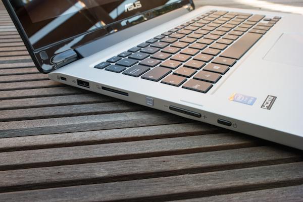 Порты и кнопки слева: USB, слот карт памяти, стартовый экран, качелька громкости и кнопка режима ожидания