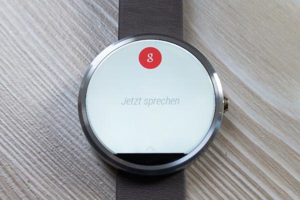 Android Wear не изменился, система по-прежнему фокусируется на Google Now и распознавание речи