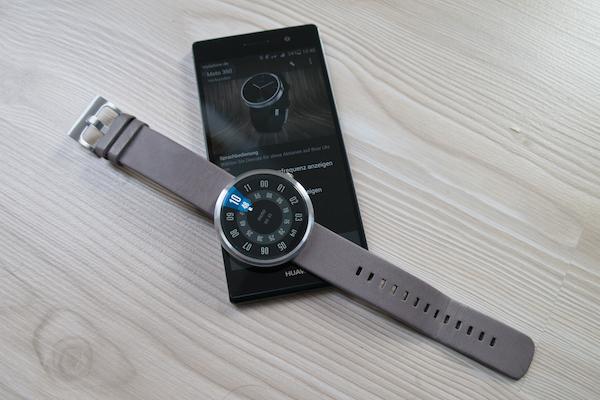 Известный недостаток: без подключенного смартфона Moto 360 представляют собой просто часы