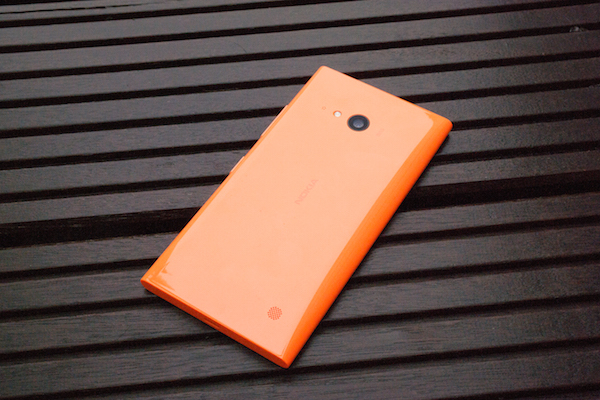 Знакомый внешний вид: по Lumia 735 сразу же видно, что перед нами смартфон Nokia