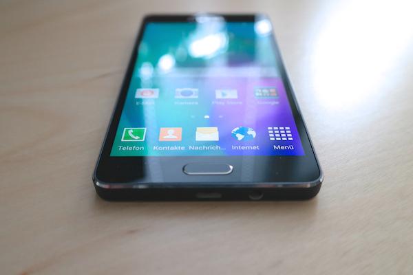 Дисплей хорош: Super AMOLED, яркий и с разрешением HD (Galaxy A5)