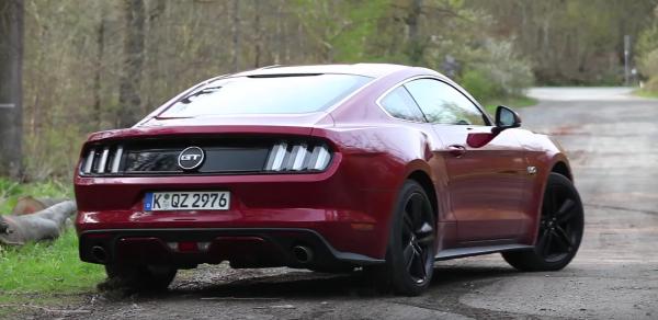 Сзади машина выглядит современно, хотя можно провести параллели с первым Mustang