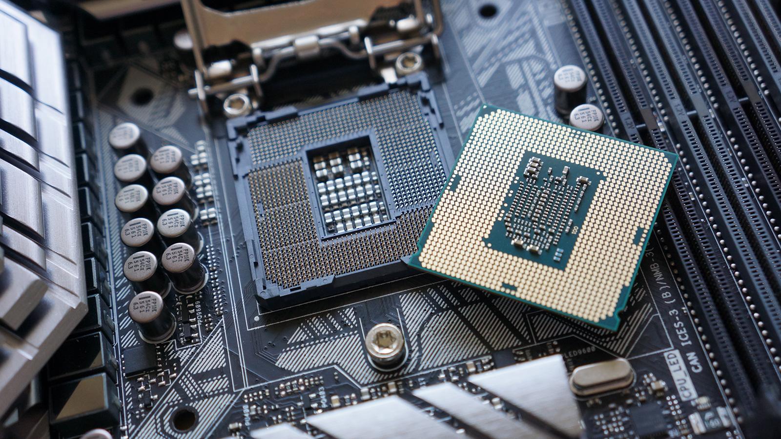 """O soquete 1151 foi introduzida em agosto de 2015 como parte da plataforma  de desktop LGA1151, e conseguiu soquete 1150, usado por """"Haswell"""" e CPUs  """"Haswell ..."""