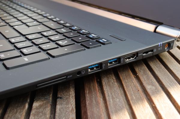 Интерфейсы на правой панели: слот карт памяти, звуковой порт, USB 3.0, HDMI и сеть