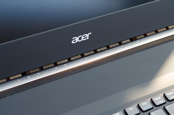 Одна из фишек ноутбука – надписи на петле дисплея, отделанной под алюминий
