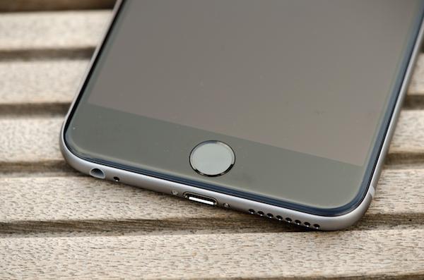 Привычные интерфейсы: аудио джек и порт Lightning на нижем торце смартфона (iPhone 6 Plus)