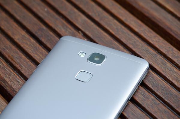 Одно из преимуществ: вероятно, лучший сенсор отпечатка пальца у нынешних смартфонов