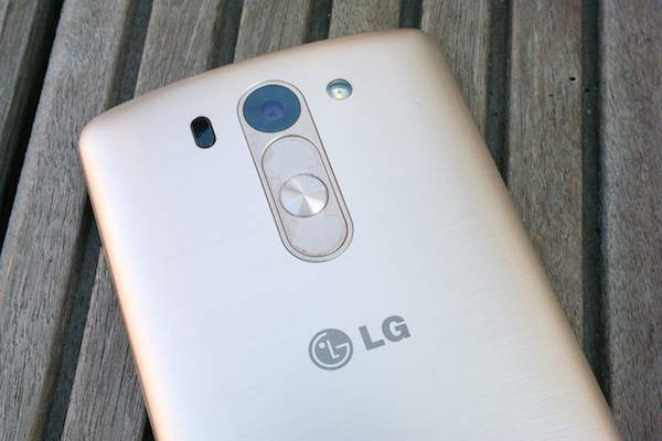 Расположение кнопок, отделка под металлик и лазерная фокусировка – всё это известно по флагману LG
