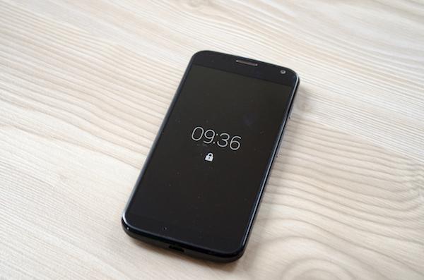 Смартфон выглядит простым и компактным