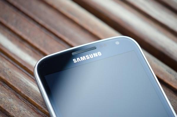 У Galaxy K zoom мы получаем типичный дизайн Samsung