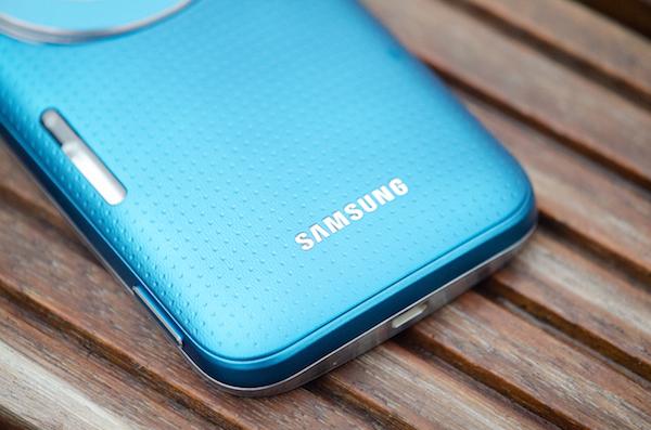 Задник напоминает Galaxy S5