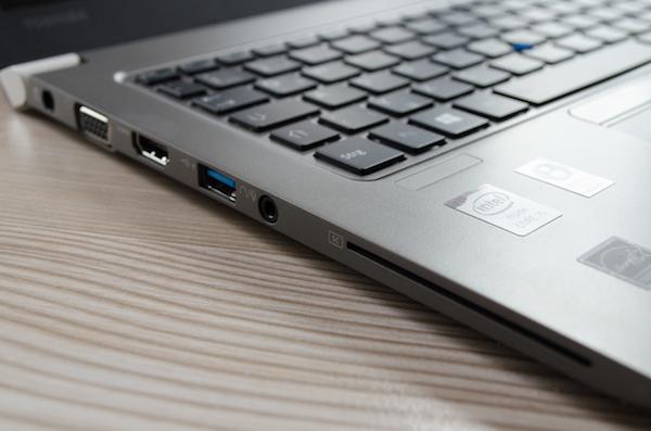 Интерфейсы на левой панели: VGA, HMDI, USB 3.0, аудио и слот для смарт-карт