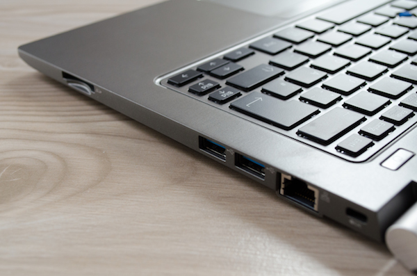 Интерфейсы на правой панели: слот карт памяти, USB 3.0 и Ethernet