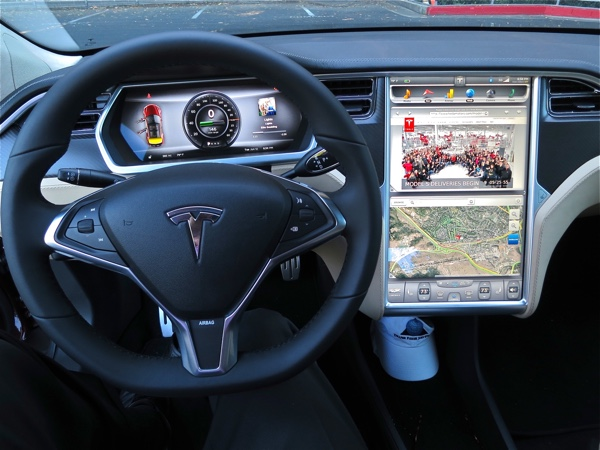 Cockpit eines Tesla Model S